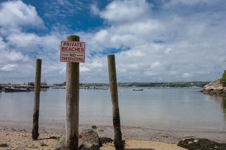 prohibido el paso: Ninguna muestra de violación en el poste de madera en la orilla en MA, EE.UU.