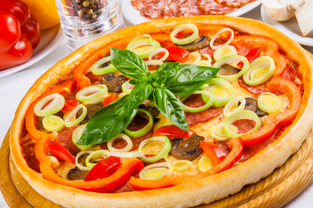 pepper salami: Pizza with salami, mushrooms, pepper and leek
