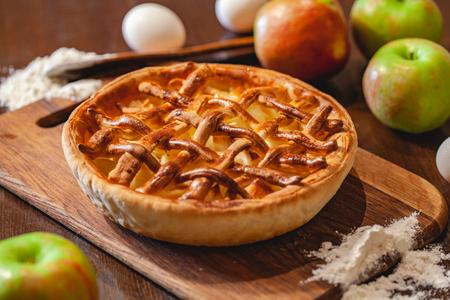 American cuisine. Homemade apple pie on wooden background. Classic autumn Thanksgiving dessert. Close up Zdjęcie Seryjne