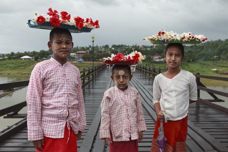 thanaka: Sangkhlaburi, Thailand - July 29, 2015: Unidentified young asian kids with thanaka powder on face of this mon identity , Mon village in Sangkhlaburi,Thailand.