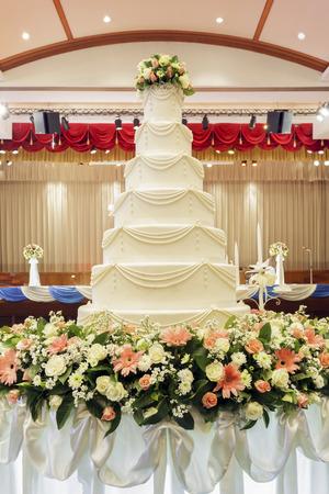 pastel de bodas: Pastel de bodas en ceremonia de la boda.