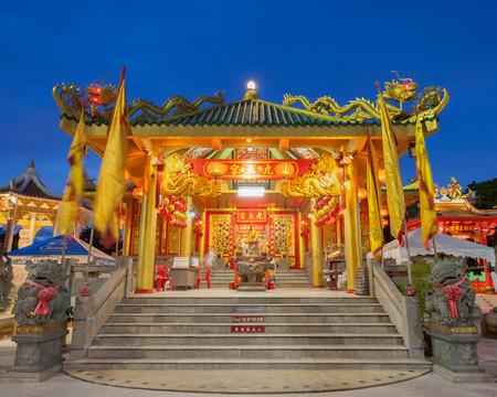 templo: Phuket, Tailandia - 30 de septiembre de 2015: Templo chino en el festival vegetariano en Phuket, Tailandia. Editorial