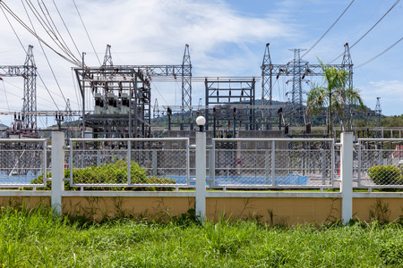 energia electrica: Planta de energ�a - estaciones de transformaci�n. Multitud de cables y alambres.  Foto de archivo