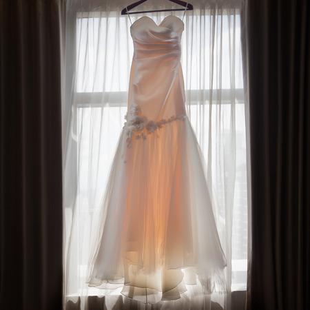 Brautkleid Auf Einem Fenster Hängen. Lizenzfreie Fotos, Bilder Und ...