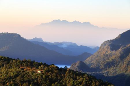 vista paisaje hermosa en las montañas durante el amanecer.
