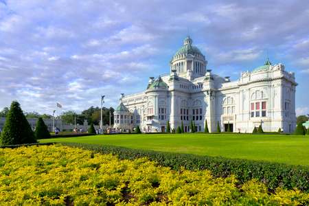 trono real: Anantasamakhom Throne Hall in Bangkok against clear blue sky, Thailand national museum open for public tourist visit.