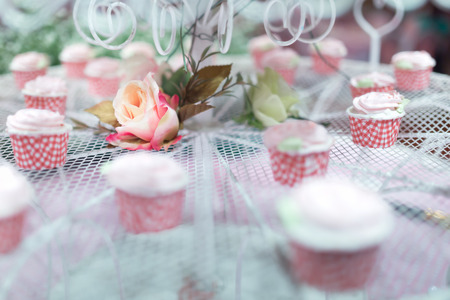 Rose flower on a weddinng cake decorations with cup cake. - Selective focus