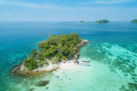 Widok z lotu ptaka niezidentyfikowanych turystów cieszyć się i relaksować na białej, piaszczystej plaży w Koh Rok Roy lub Koh Rokroy (Wyspa Rok Roy), Lipe Island, Tarutao National Marine Park, Satun Province, Tajlandia. Zdjęcie Seryjne