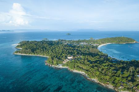 Hoog luchtfoto overzicht van het hele tropische Lipe-eiland en de Andmanzee in de provincie Satun, Thailand.