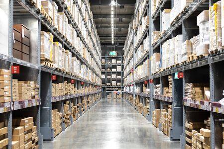 Grand entrepôt logistique ou centre de distribution. Intérieur de l'entrepôt avec des rangées d'étagères avec de grandes boîtes.