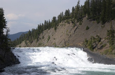 De rivier Bow in de Rocky Mountains Stockfoto