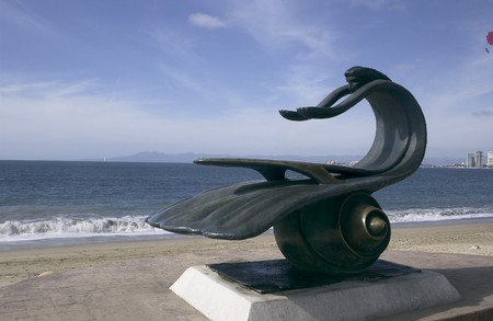 Standbeeld op het strand in Puerto Vallarta, Mexico