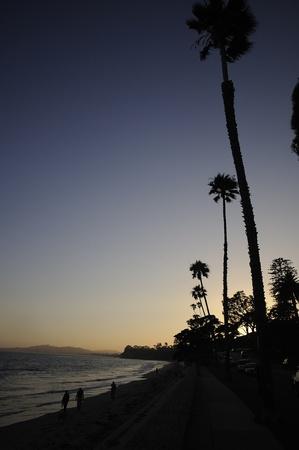 カリフォルニア州海岸に沿って、夕暮れ