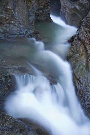 natureal: cascata presa con treppiede e lunga esposizione per lisciare e ammorbidire la strega acqua Cauldron Waterfall Samandere River, Duzce, Turchia