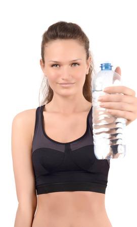 bebes niñas: La hidratación es importante. Muchacha que sostiene una botella de agua que ofrece a beber. Centrarse en el modelo, el desenfoque en la botella. Aislado en blanco.