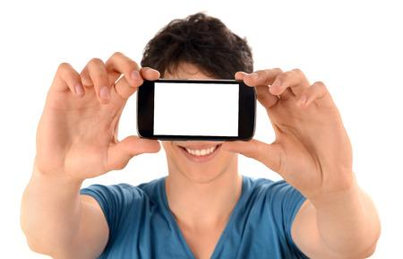 Méconnaissable l'homme de prendre une photo de selfie avec son téléphone intelligent Gros plan sur l'écran du téléphone mobile blanc Banque d'images