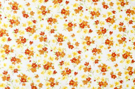 petites fleurs: Petit motif floral sur le tissu. Rouge, orange et de fleurs blanches imprimer en arrière-plan. Banque d'images