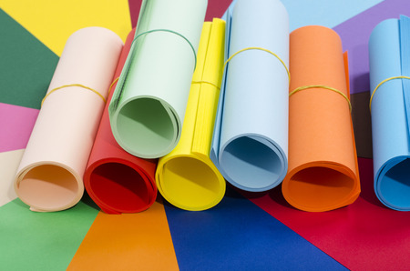 papier couleur: R�les de papier de couleur. Couleur de papier roul� et empil�s. Pile de papier sur fond multicolore. Banque d'images