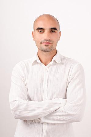 bald man: Retrato de un hombre calvo vestido de blanco, los brazos cruzados.