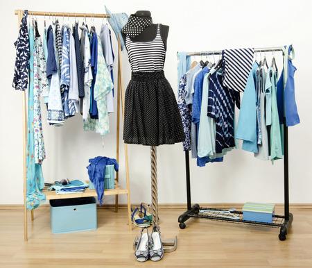 foto de archivo vestir armario con ropa azul dispuestos en perchas rayas azul marino y lunares equipar en un maniqu armario lleno de todos los tonos de