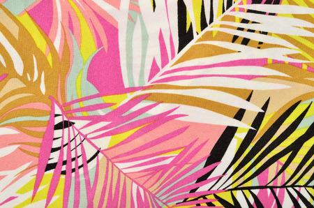 Colorful feuilles motif tropical sur le tissu. Rose, jaune, noir et blanc des feuilles de palmier d'impression en arrière-plan. Banque d'images - 43966141