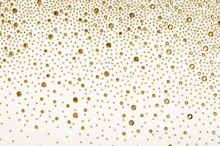 Strass or sur le tissu. Tissu blanc orné de bijoux en or comme toile de fond. Banque d'images - 44862187