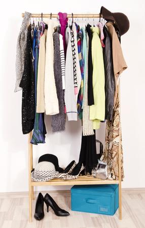 ropa casual: Cierre en ropa de invierno oto�o en perchas en una tienda. Ropa de colores y accesorios que cuelgan en un estante muy bien dispuestas. Foto de archivo