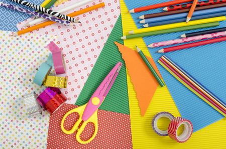 paper craft: Artes y de artes manuales. papel de color, l�pices, diferentes cintas washi, las tijeras del arte.