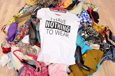 ropa de verano: Gran pila de ropa tirada en el suelo con una camiseta sin decir nada al desgaste. Cierre en un armario desordenado desordenado con ropa de colores y accesorios, ropa y muchos nada que ponerse.