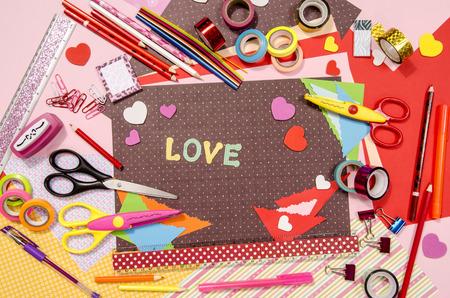 paper craft: Artes y de artes manuales para San Valent�n. papel de color, l�pices, diferentes cintas washi, las tijeras del arte, corazones suministros para la decoraci�n.