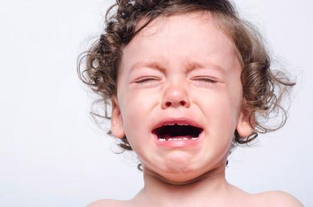 Ritratto di un bambino sconvolto piangere. Chiuda in su dentizione triste e malata del bambino sveglio che grida nel dolore. Archivio Fotografico - 84914655
