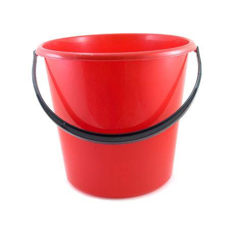 secchio rosso isolato su sfondo bianco