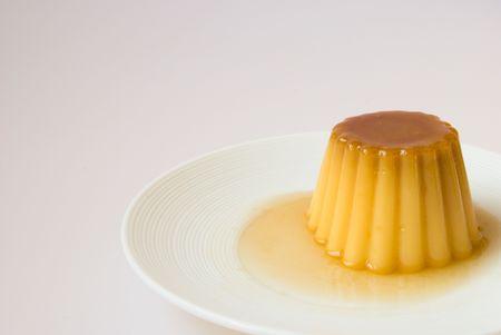 crème: Creme caramel in un piatto