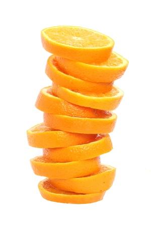 スタックのオレンジ スライス白で隔離されるジュースの概念