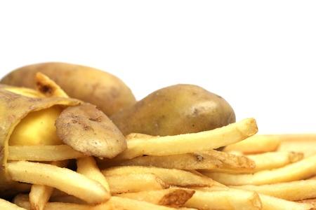 白で隔離される皮をむいたジャガイモとフライド ポテトの概念