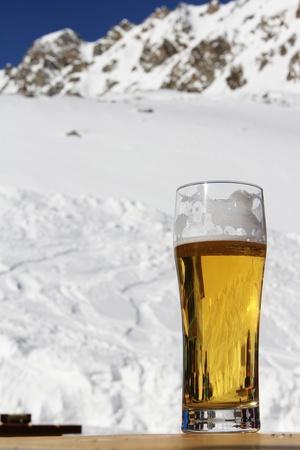 高山カフェのテーブルの上に立ってビールのグラス