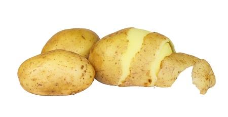 白い背景で隔離の皮をむいたジャガイモ