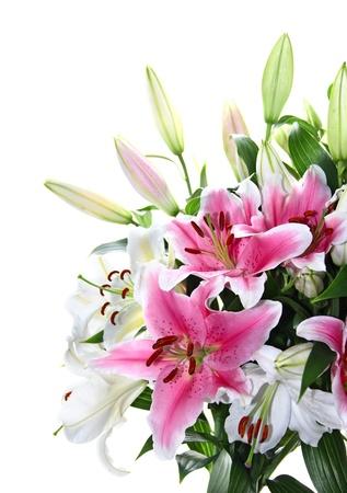 白で隔離されるピンクと白いユリの花束のクローズ アップ