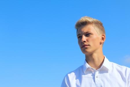 Ritratto di un giovane uomo su sfondo blu cielo