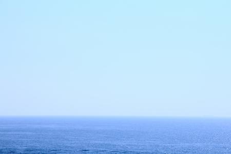 the sky clear: Mar azul bajo el cielo claro transparente Foto de archivo