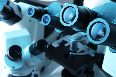 青い光で多くの顕微鏡室