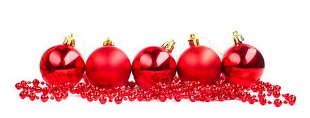 白い背景で隔離赤いクリスマス ボール