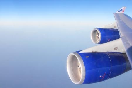 plan éloigné: Turbine de passagers avion volant dans le ciel bleu au-dessus des nuages