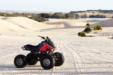 砂砂漠のクローズ アップでクアッド ・ バイク 写真素材