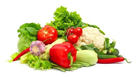 白い背景に分離されて新鮮な野菜の山
