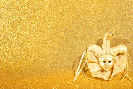 teatro mascara: Hermoso, adornado carnaval máscara veneciana como decoración de navidad en el fondo de oro del brillo