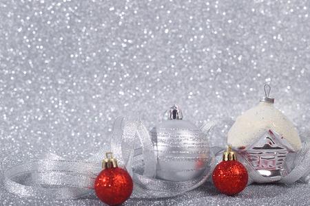 コピー スペースでキラキラ背景に美しい赤とシルバーのクリスマス ボール 写真素材