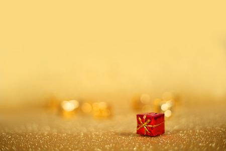 コピー スペースで光沢のある金色の背景にホリデイ ・ ギフト ボックス