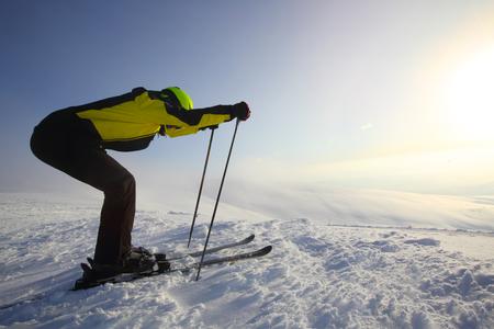 Skier start skiing downhill in high mountains at Bolchoi Voudyavr, Kirovsk, Murmansk Oblast, Russia Stockfoto