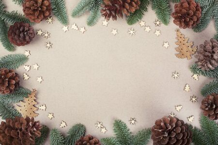 Christmas card light background with wooden decor fir tree branches border frame with copy space 免版税图像